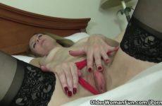 Rijpe masturberende echtgenote ontvangst een hoogtepunt