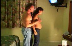 Hij naait zijn zwangere zwarte vriendin