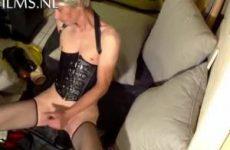 Tranny neukt haar man kut met nep lullen