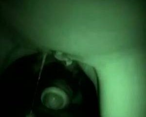 Sletje laat sperma over buik vloeien