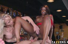 De zwarte zuigt en word anal geketst waarna het blondje een beurt krijgt