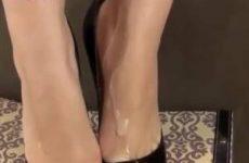 Een flinke lading cum spuit over haar sexy voetjes