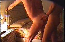Homo amateurs naaien tegen het bed omhoog