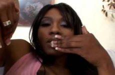 Met haar vingers rolt de geile Ebony over haar kittelaar