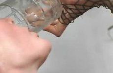 Na anale dp verdient ze wel een glaasje....sperma