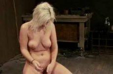 Blond meisje vastgebonden en klaargekomen