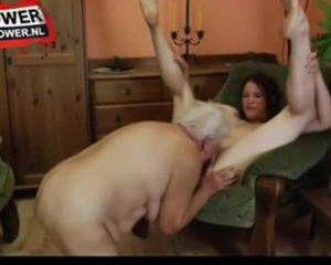 Het tiener meisje beft haar oude lesbische buurvrouw