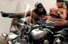 Lekkere meiden die sex hebben op een motor