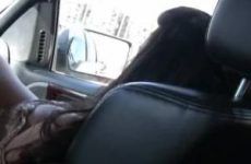 In de auto geeft ze de stijve lul een pijp beurt