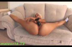 Flexibel sexy meisje masturbeert op de bank