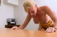 Geile blonde milf geneukt en gebeft op auditie