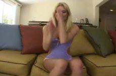 Dit blondje showt haar sexy lingerie