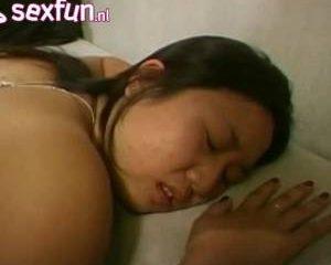 Aziatisch meisje in meerdere standjes vaginaal en anal geneukt