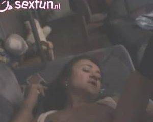 Zijn zatte vrouw prive gefilmd terwijl hij haar vingert