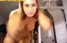 Rondborstige huisvrouw stuurt sexy video naar man in leger