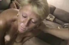 Blonde milf krijgt haar gezicht vol sperma