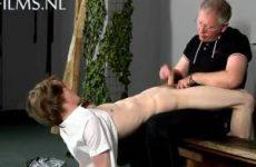 Twink krijgt een ferme spanking te verduren van oude man