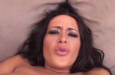 Een orgasme krijgen als je met de butplug anal mastubeerd