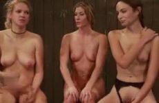 Twee naakte meiden krijgen met de zweep