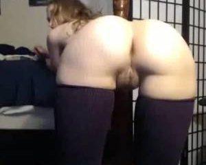 Cam amateur toont haar geile kont en nattepoes