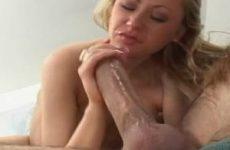 Terwijl ze geneukt word door de grote lul krijgt het meisje een spuitend orgasme