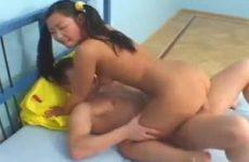 Als een volleerd pijp sletje zuigt de Asian girl aan zijn grote lul