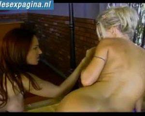 Twee lesbische spelen met een dildo